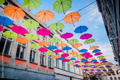 Poster Parapluie suspendus au dessus de la rue