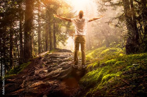 Aluminium Betoverde Bos Mann steht im Wald und genießt die Sonne