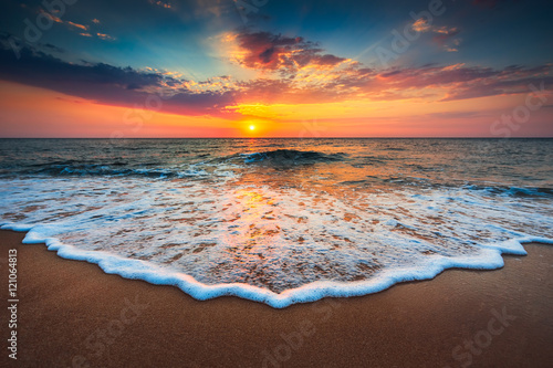 Tuinposter Ochtendgloren Beautiful sunrise over the sea
