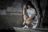 Moda con estilo swag. Chica joven posando con visera. Sesión con modelo dentro de un castillo.