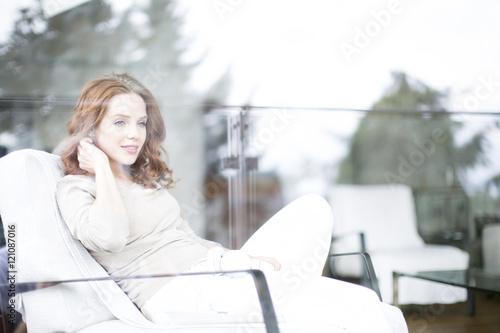 Poster rothaarige Frau erholt sich zu hause