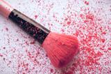 Polvere blush rosa e pennello sintetico