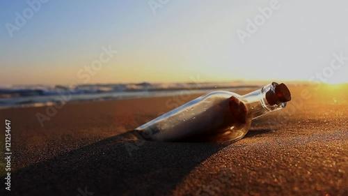 Papiers peints Morning Glory 夕暮れの海岸にメッセージボトル
