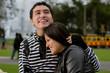 abrazo de pareja en el parque