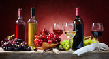 Red, rosé and white wine, with bunches of grapes - 121398402
