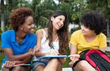 Fototapety Drei Freundinnen haben Spass am Lernen