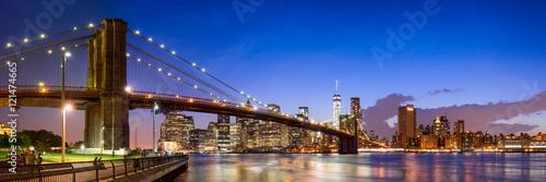 New York Brooklyn Bridge Panorama mit Manhattan skyline © eyetronic