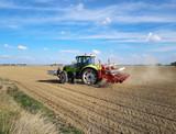 Tracteur de labour et pesticide