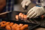 Cocinero cortando tacos de salmon