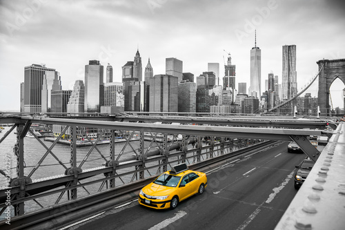 Foto op Canvas New York TAXI taxi crossing brooklyn bridge