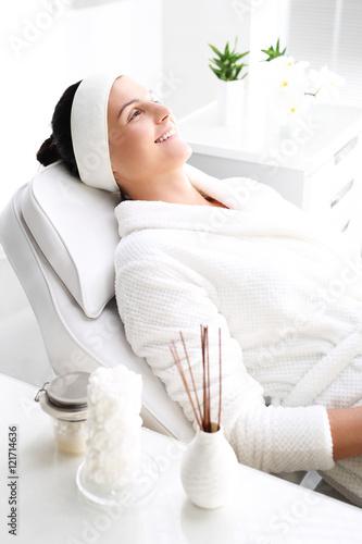 Poster, Tablou Kobieta w spa.Relaks w salonie kosmetycznym.