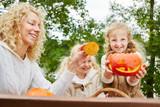 Mädchen spielen mit Halloween Kürbis