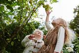 Zwei Kinder bei der Apfelernte