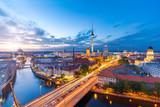 Panorama Berlina wieczorem od wyspy rybackiej z widokiem na Alexanderplatz i Fersehturm
