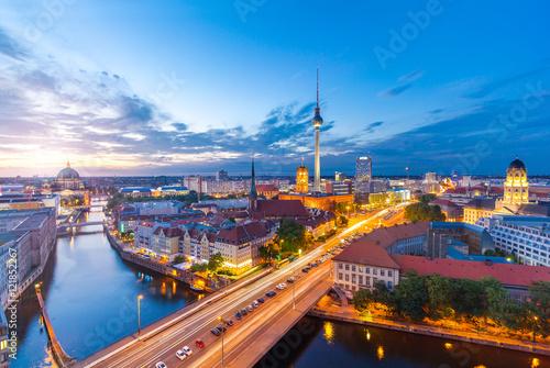 Foto op Plexiglas Berlijn Berlin Panorama am Abend von der Fischerinsel mit Blick auf den Alexanderplatz und Fersehturm