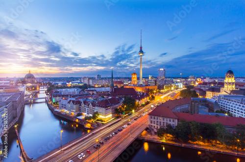 Fototapeta Berlin Panorama am Abend von der Fischerinsel mit Blick auf den Alexanderplatz und Fersehturm