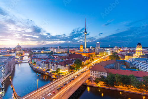 Berlin Panorama am Abend von der Fischerinsel mit Blick auf den Alexanderplatz u Poster