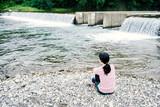 川辺に座る女性