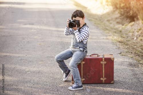 niño con cámara de fotos Плакат