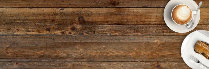 Tasse Cappucino mit Gebäck auf rustikalem Holztisch © reichdernatur
