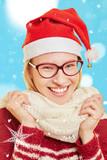 Frau im Schnee im Winter zu Weihnachten