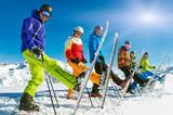 Gruppe Skifahrer in der Reihe mit einem Ski hoch - Fine Art prints