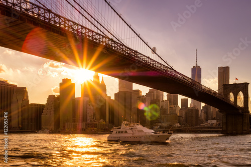 Aluminium Brooklyn Bridge Sunset in New York with a view of the Brooklyn Bridge and Lower Manhattan