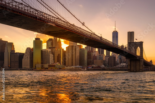 Tuinposter Brooklyn Bridge Sunset in New York with a view of the Brooklyn Bridge and Lower Manhattan