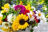 Glück, Freude, Geschenk im Spätsommer: bunter Strauß aus Sonnenblumen, Dahlien, Astern und Malven :) - 122108035