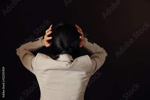 Poster 悩む女性・黒バック