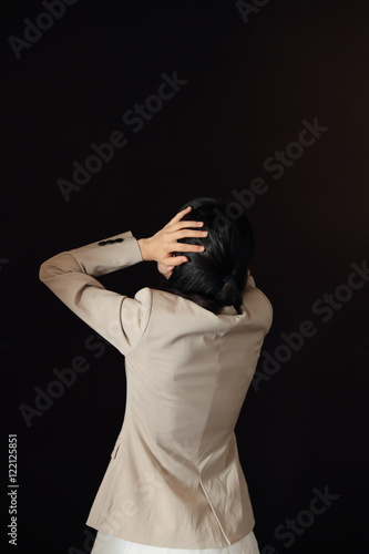 悩む女性・黒バック Poster