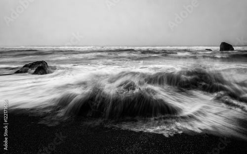 Zły ocean w czerni i bieli