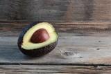 avocado isolato su un tavolo di legno