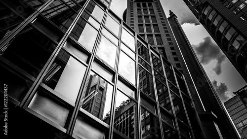 okna budynku biznesowego z kolorem czarno-białym