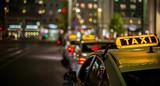 nachts warten Taxis auf Fahrgäste - 122377652