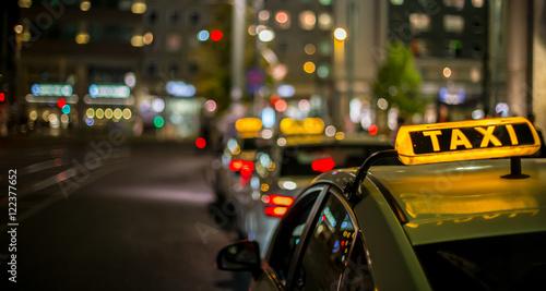 Fridge magnet nachts warten Taxis auf Fahrgäste