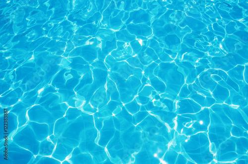 Błękitna rozdzierająca woda w pływackim basenie