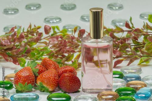 Poster, Tablou bote de perfume, fragancia de fresa, fresas rojas y maduras