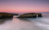 Arco rocoso al amanecer.vista parcial de playa larga exposicion - 122499459