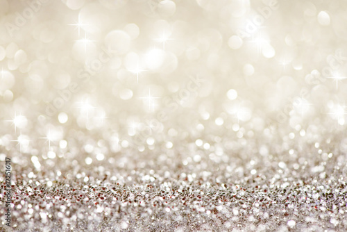 Srebrne białe błyszczące lampki świąteczne. Tło uroczysty bokeh streszczenie brokat