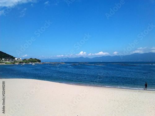 白い砂浜と穏やかな海