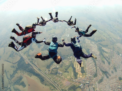 Zdjęcia na płótnie, fototapety, obrazy : Skydiving friends holding hands