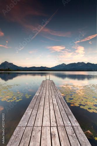 samotna-promenada-nad-jeziorem-z-lilii-wodnych-jesien