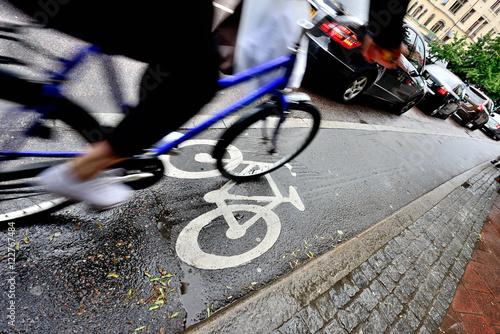 Staande foto Stockholm Bike lane and car queue