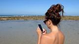 Cellulare dipendente anche in vacanza