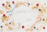Müsli und Beeren fürs Frühstück - 122872211