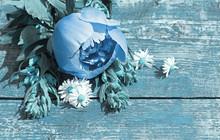 Sommer Hintergrund mit Wildblumen und Pfingstrosen auf einem alten Tisch.