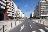une rue au milieu d'un nouveau quartier urbain à Montpellier - 122999697