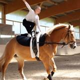 Mädchen voltigiert auf Pferd - 123097875