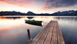 Herbst am See, einsames Boot am Steg
